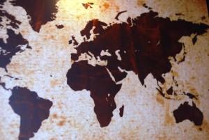 Foto av et verdenskartet som henger på veggen i flyktningsenteret i Oslo