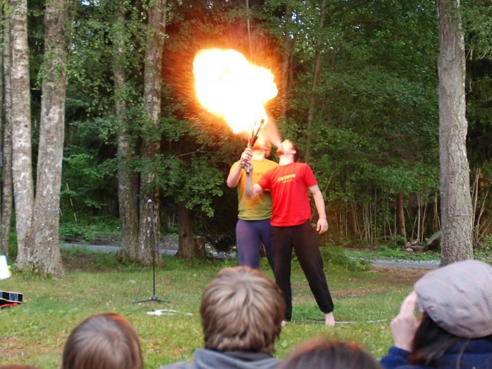 flammesluker viser kunstene sine på sommerleiren på Lunde i 2007