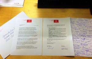 Bilde av et brev som er skrevet av Framfylkingen og signert av alle barna som deltok på barnekonferansen i 2015. Brevet inneholder krav om hvordan barna vil gjøre det bedre for flyktningbarna .