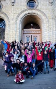 Barnekonferansen 2013 var og besøkte Stortinget, gruppebilde som er tatt foran løvebakken med hovedinngangen i bakgrunn