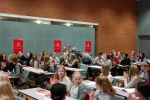 barn samlet i en stor sal under barnekonferansen i 2015