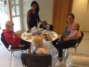 barn og voksne samlet rundt et bord