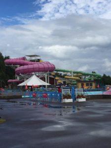 Bilde av en stor vannsklie på et badeland i Sverige