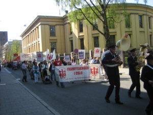 1.maitog, mange mennesker som går i Universitetsgata i Oslo