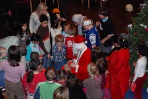bilde fra en juletrefest med nisse, barn og juletre