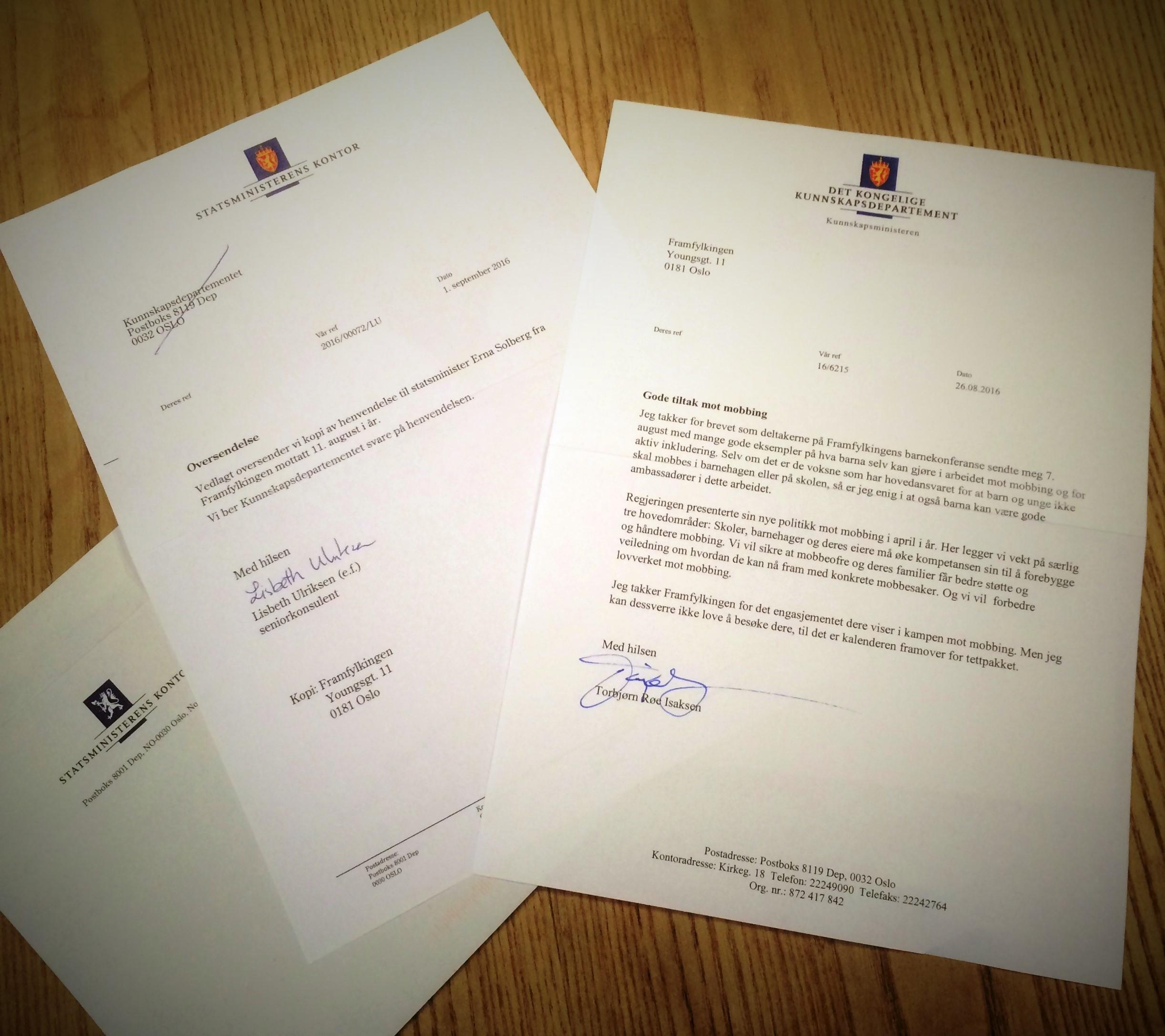 to brev fra departementer, ligger åpnet på et bord