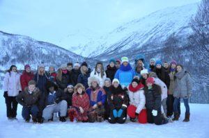 Bildet viser en stor gruppe ungdommer som står samlet ute for gruppebilde. Det er snø og vintervær.