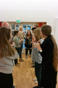 bildet viser en gruppe mennesker som leker innendørs