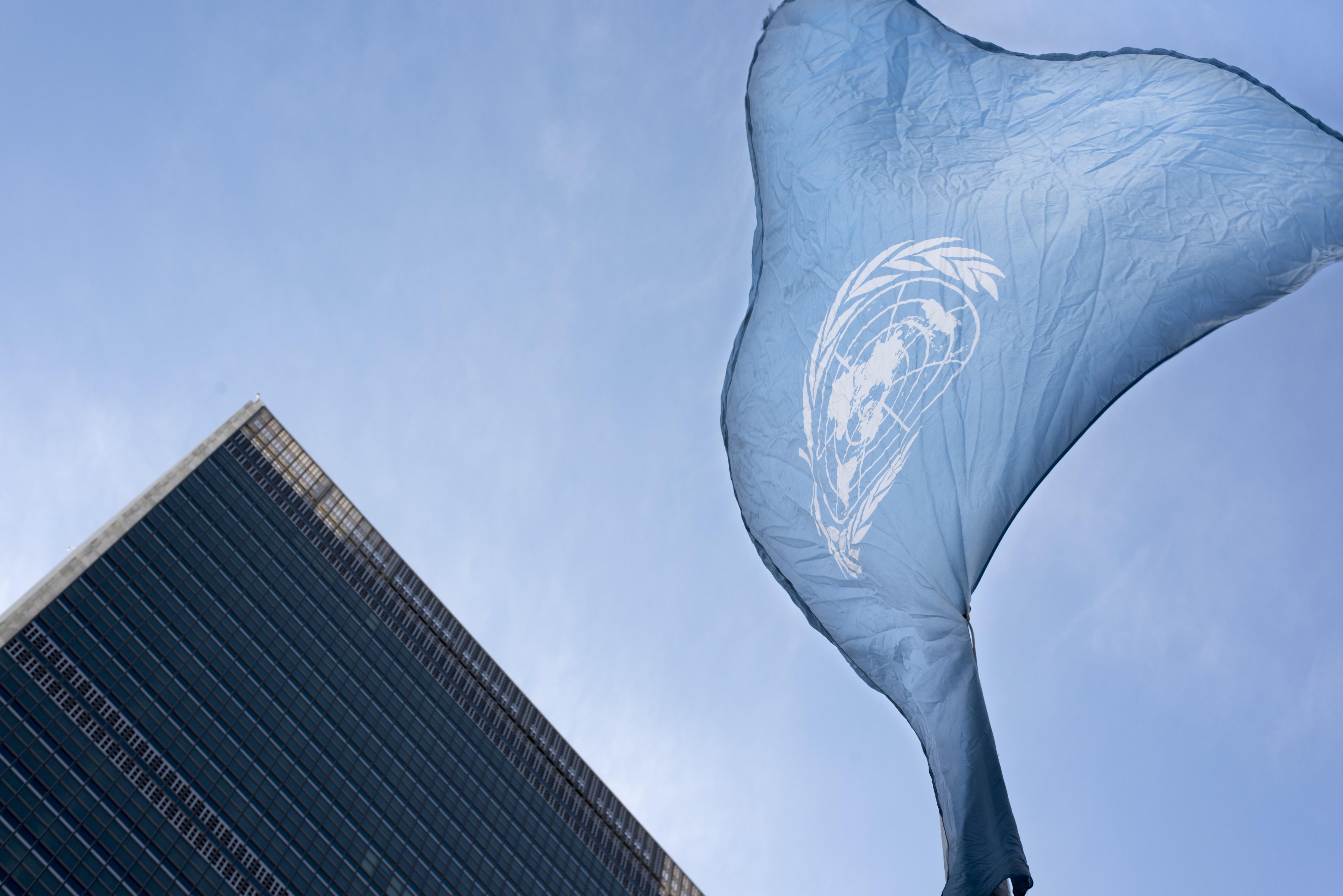 FN-flagget vaier på halv stang foran FN bygningen i New York