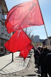 røde flagg som vaier i vinden