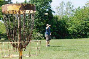 mann som spiller frisbeegolf