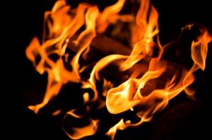 nærbilde av flammene i et bål