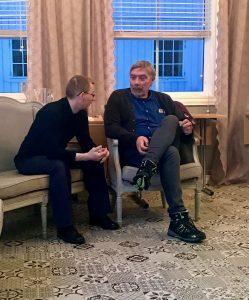 to menn som sitter og prater sammen