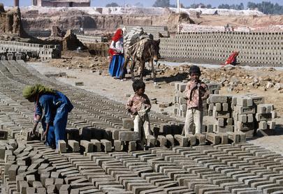 Små barn som arbeider på en fabrikk for murstein