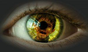 et øye som viser speilbilde av et gråtende barn